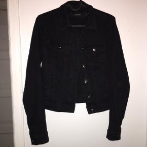 Denim jakke fra vero moda. Nypris 350 kr  Mp 110 kr Den er brugt en lille smule men ikke noget man kan se overhoved.