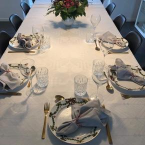 Georg Jensen juledug i hvid. Brugt en gang og fremstår derfor som nu.   Størrelse er 140x240 cm