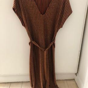 Helt ny stribet kjole med guldglimmer fra Zara. Aldrig brugt.   Bytter ikke.  Fast pris!