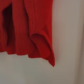 Rød strik fra Six Ames. Strikket af vaskebjørnsfibre (pelsen er klippet - dyret er altså ikke slået ihjel). Utrolig blød og vejer nærmest ingenting. Slids i siden og lidt længere bagpå end foran.