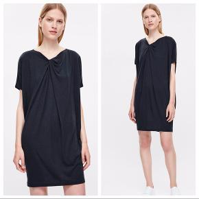 Smuk sort kjole i blød bomuld fra COS. Den perfekte sommerkjole, hvis du spørger mig - har bare for mange.   Tjek også mine andre annoncer - jeg har tøj fra bla. Acne Studios, Adidas, Arket, COS, Uniqlo, Malene Birger, Marimekko, HAY og meget mere.