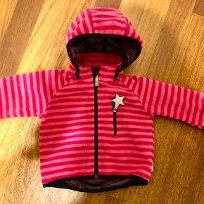 Sød fleece jakke / windbreaker, der er weatherproof. Brugt ganske få gange og står som ny. Hætte kan knappes af.