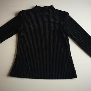 Varetype: Bluse Farve: Sort  Flot bluse fra Monki i smart velourstrib