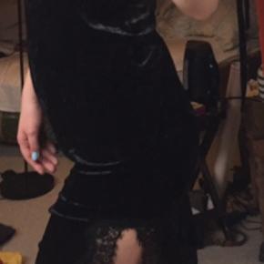 Velour kjole, som jeg købte i H&M for et par år siden, men jeg har aldrig rigtig fået gået med den.  #30dayssellout