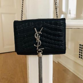 Varetype: Crossbody Størrelse: 16.5x12 Farve: Sort  Smuk Yves Saint Laurent taske sælges. Ring eller skriv på 26826097 for yderlig info. Ved ts handel betaler køber gebyret.