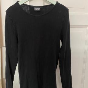 Sort langærmet trøje fra Nørgaard i rigtig god stand som desværre er for lille, jeg sælger en masse andet billigt så tjek min profil ud:)
