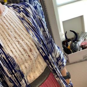 Blå og hvid cardigan i lækker kvalitet fra Selected. Brugt få gange
