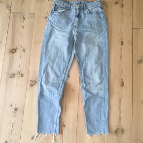 Lyse blå Jeans fra mærket Never Denim I str. S Skriv gerne til mig hvis du har et bud eller yderligere spørgsmål til varen :-)