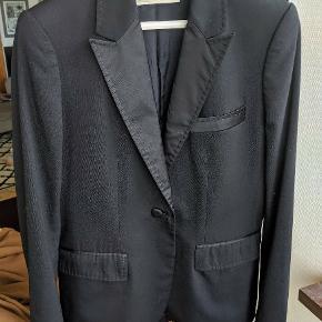 Klassisk blazer jakke i en fin condition.  Et par mål alle målt fladt liggende: armhule til armhule ca 42, ærmet fra skuldersyning til kant 66, skuldersyning til skuldersyning 39,  fra kraveben til bund (front længde) 69
