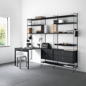 String Furniture Foldebord: Smart foldebord til små køkkener, spisestuer eller som skrivebord. Bordet er perfekt i små lejligheder Tilføj hylder, skabe, bord og arbejdsplads. Kan nemt monteres eksisterende STRING vanger / gavle, foldebordet er udført i sortbejdset ask.  Ligger stadigvæk i flamingo og pap, er ALDRIG pakket ud.  Mål:  78x96 cm   OBS. Foldebordet passer til gulvgavle, dybde 30 cm.   String Furniture Foldebord i sort. STRING reolen tegnet af Nils Strinning tilbage i 1949. En reol som var med til at ligge grundstenen for det som senere blev til den skandinaviske stil og strømning indenfor design. Utroligt simpelt opbygget med lakerede vanger i metaltråd som fås i flere højder og dybder. På disse påsættes så det antal hylder, skabe, skuffer m.v. man ønsker sig.