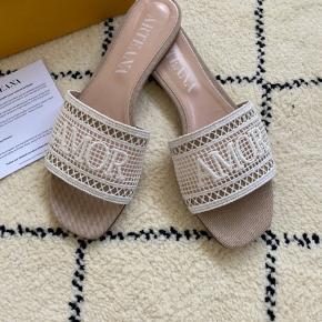 Håndlavede sandaler fra italienske Artena, som bla forhandles hos Birger Christensen Kun brugt en gang i eget hjem. Sælges i butikkerne nu. Skoens mål ses på et af billederne.  Prisen er fast og jeg bytter ikke.  SE OGSÅ MINE ANDRE ANNONCER