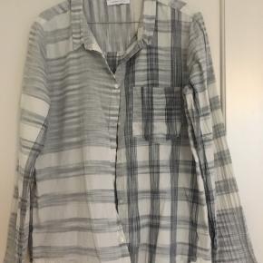 Fin skjorte i bomuld. Lille i str. fejler intet. Skal blot stryges:) lysegrå/råhvid.