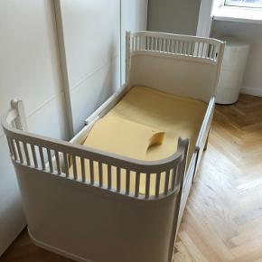 Hvid original Juno seng incl madras og sider. Malingen er skaldet af hist og her men sengen fejler intet.   Skal afhentes i København V  Bytter ikke🌸