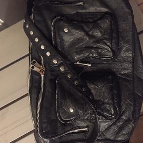 Lækker Nunoo lædertaske. Den er brugt meget, hvilket også kan ses på farven, der er falmet en del. Tasken fejler dog ikke noget, så alle lynlåse virker etc.  Bytter ikke 😊