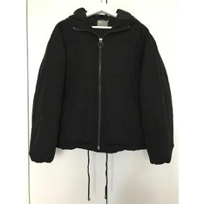 Sort BOMBER jakke fra ASOS. Sælges da jeg ikke får den brugt. Med hætte og lommer.
