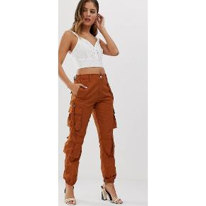 Super fede brune cargo / utility bukser fra New Look. Købt på ASOS. Aldrig brugt. Nypris 250,-