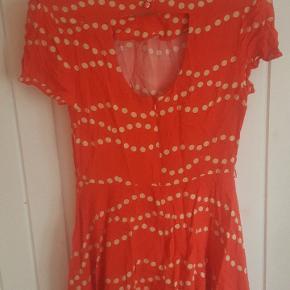 Kort orangerød kjole i vintage stil . (Den er ikke vintage.) Brugt til 50'er fest.