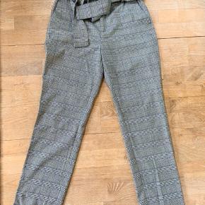 Ternede bukser fra Gestuz sælges. Bukserne er ca 1,5 år gamle, men har ikke tydelige tegn på slid. Størrelsen er normal.  Er åben for bud, men køber betaler fragt ***