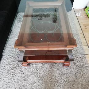 Har dette specielle sofabord til salg, grundet flytning. Der er lidt ridser på overfladen af glasset, ellers fejler det intet. Byd.