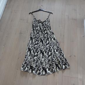 Kjole, ZNK, str. S, Råhvid og sort, 100 % viscose, Ubrugt  Ny ubrugt  En super flot og smart kjole i råhvid og sort mønster  Sender gerne hvis køber betaler fragt 37 kr