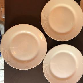 Sælger disse frokost tallerkner  3 stk: 'White Elements' 22 cm sælges samlet for 300kr (normalpris 219kr stk.) eller for 150kr stk.   NB: En af tallerknerne har et lille skår og et lille orange mærke (se billeder), deraf pris