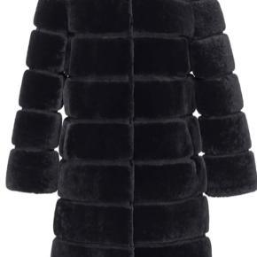 Den klassiske super smukke pels frakke fra Meotine sælges i str L/XL i ægte lammeskind. Købt i december 2019 og derfor kun brugt få gange.