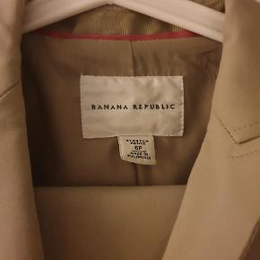 Flot business wear sæt fra Banana Republic To størrelser; Bukser: størrelse 6P = 'stor' small Blazer: størrelse 8P = medium Sælges renset! Sælger en nederdel i samme farve i en anden annonce