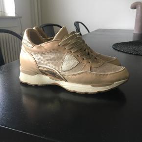 Lækre Buch sneakers str 38, brugte men velholdte. Købt for 1600 kr, lækre at have på, da sålen er lidt højere end billige sneakers