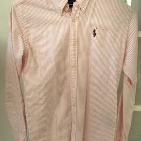 Lækker stribet skjorte. Slim fit. Str 0 Svarer til 12-14 år. Brugt få gange.  Sælger også lyseblå str 16 Svarer til samme str. Samt hvid str xs, svarer til 14-16 Sælges 2 stk til 300kr