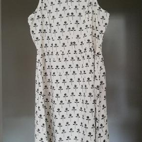 Lille kjole/lang bluse, med knapper foran. Brugt nogle gange, men fejler intet. Byd gerne 😊 (jeg sender også gerne flere billeder)