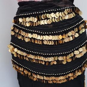 Mavedanser tøj. 2 stk store sjaler til mavedans 💃 Sort let transparent med guldmønter,  ét meget stort til at binde om hoften/ kroppen og ét mindre, - også til hofte eller barm el.a   Super flot stand  Tænker MP 275