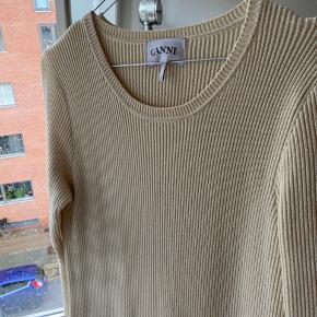 Fin strikkjole fra Ganni 🤍  Brugt et par gange, ellers fremstår den som ny!  Jeg er 1,73 cm høj og den går mig til midt på skinnebenet!  Bud ønskes!