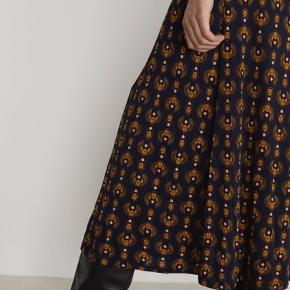 """Super fin Inec skirt fra Rodebjer's nyeste kollektion ...  Tung lækker viscose og med print af """"Scarab carrying the sun"""" ...   Har ligeledes blusen i samme print til salg - så man kan lave et smukt sæt hvis man er til dette ...   Nypris er 1799,-"""