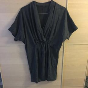 Mørkegrå kjole fra COS. Den har et loosefit og lidt elastisk i livet.