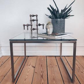 Jeg har fundet det her fine fine sofabord med en god kvalitets glasplade, ingen ridser og med ben i stål med lidt skræmmer hist og her men ikke noget af betydning (swipe for foto) 🖤 450kr 💵 mål: 50x50x25cm.