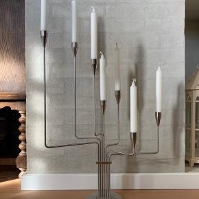 Jeg sælger den store model af Karlsvognen fra Piet Hein. Den har kun stået til pynt, så den er som ny.   Man kan dreje alle 7 arme lige som man har lyst, så den kan se ud på mange forskellige måder.  Lysene der sidder i er originale Piet Hein lys som medfølger.  Nyprisen er 3500 kr og sen sælges for 1250 kr afhentet.