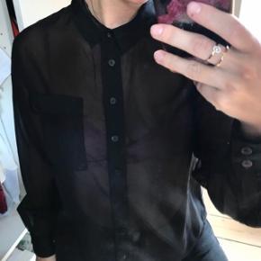 Small, gennemsigtig skjorte  Se foto med den på under kommentarer ✌🏼  💕BYD gerne, kan sendes med DAO: køber betaler: oftest omkring 38kr. Tager ikke varer tilbage. Kan evt hentes i Helsingør. Ikke ryger/ingen husdyr💕