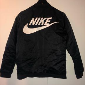 Fed jakke fra Ebay.. ikke ægte nike. Brugt og det kan ses, men kan sagtens stadig bruges! 100kr inkl porto