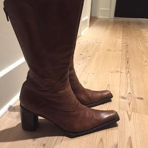"""Lækre italienske støvler. Kvalitetsskind med fede detaljer. Lynlås på """"bagsiden"""" og spidse snuder. Rigtige fede støvler."""