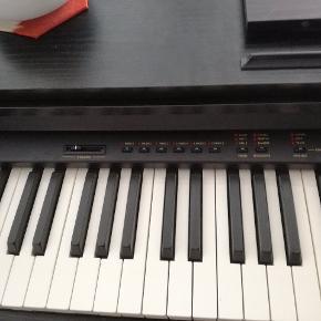 Dette elklaver spiller rigtigt dejligt, men jeg får desværre ikke brugt det nok selv. Derfor tænker jeg at det kunne gavne med et nyt hjem. Der er tale om et Viscount Crescendo klaver.