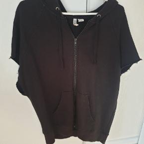 Fed oversize kortærmet hoodie. Kan sagtens passes af en str S og M.  Giv et bud