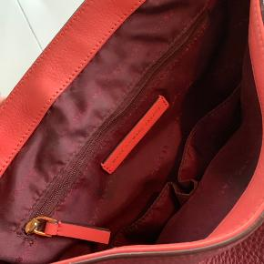 Marc by Marc Jacobs skuldertaske / crossbody taske i bordeaux og koral-farvet.  Slitage ved lukkespænde og i siderne under remmen (se fotos), men ellers super fin.