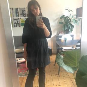 Sort kjole med elastik i taljen i den fineste pasform. Passer str 36-40
