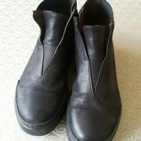 Skønne støvler som kun har været på en gang. Købt lidt for små.