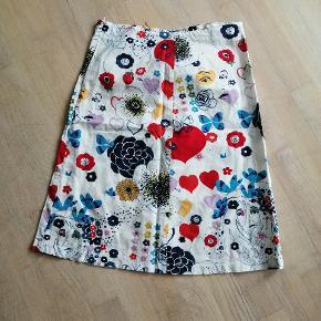 Sød nederdel med mønster, hjerter, ansigter, streger. Den har lynlås bagpå.