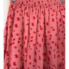 Sød kort nederdel fra MOSS COPENHAGEN med blomster detaljer i pink/rød.   #Secondchancesummer