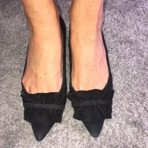 Stiletter i ruskind med 4 cm hæl. Skoene er godt brugt og kræver derfor udskiftning af læderstykkerne på hælen, dette kostet max 100kr.