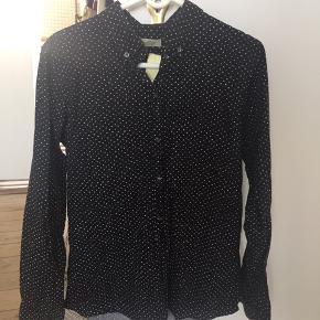 Fin skjorte fra Mads Nørgaard i lidt vasket look med prikker. Brugt få gange.