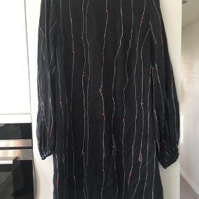 Silke kjole , er blevet mat i farven ellers fin stand