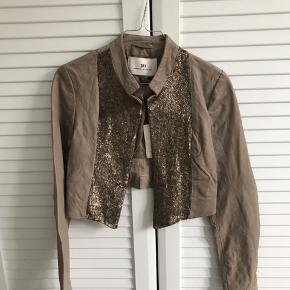Smuk lille jakke. Aldrig brugt. Bytter ikke.